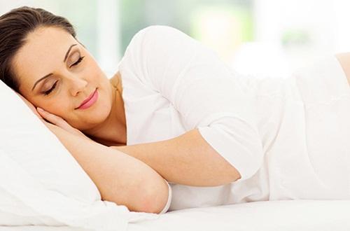 Đau lưng khi ngủ dậy do nằm sai tư thế